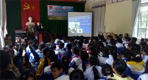 Cán bộ Trung tâm YTDP huyện Yên Thủy trao đổi với học sinh về cách phòng chống  HIV/AIDS