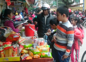 Tình trạng bán hàng ăn vặt vẫn diễn ra phổ biến tại các cổng trường trên địa bàn TP Hòa Bình.  ảnh chụp tại cổng trường tiểu học Lý Tự Trọng.