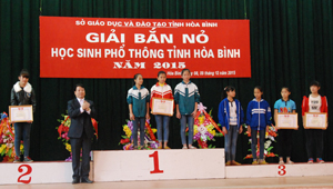 Ban tổ chức trao giải đồng đội nữ THCS đứng bắn quỳ cho các thí sinh.