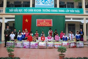 Đại diện lãnh đạo 2 đơn vị trao chăn ấm cho trẻ em có hoàn cảnh khó khăn trên địa bàn xã Thái Thịnh.
