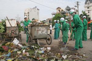 Công ty CP Môi trường Đô thị Hòa Bình  thu gom và vận chuyển rác thải trong ngày.