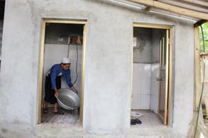 Hộ dân xóm Bin, xã Tử Nê (Tân Lạc) đã xây dựng  và sử dụng nhà tiêu tự hoại cải thiện vệ sinh môi trường.