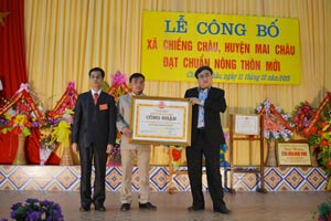 Được sự ủy quyền của UBND tỉnh, lãnh đạo Sở NN&PTNT tỉnh trao bằng công nhận xã đạt chuẩn NTM cho xã Chiềng Châu.