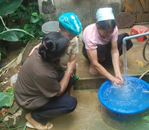 Phát huy hiệu quả công trình cấp nước do Nhà nước đầu tư và hệ thống giếng khơi, đến nay 100% hộ dân ở xã Yên Nghiệp (Lạc Sơn) được sử dụng nước sinh hoạt hợp vệ sinh.