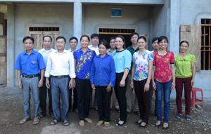 Đại diện Hội LHPN huyện, lãnh đạo UBND, MTTQ, các ngành đoàn thể xã tại lễ bàn giao nhà cho gia đình chị Bùi Thị Khoèn.