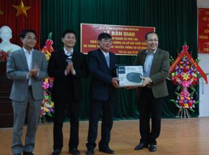 Lãnh đạo Sở Y tế và Sở TT&TT bàn giao thiết bị truyền thanh (Đài Cassette) cho xã Phú Lão.
