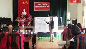 Lãnh đạo Hội LHPN huyện trao đổi với cán bộ Hội các xã, thị trấn tham gia Hội thảo.