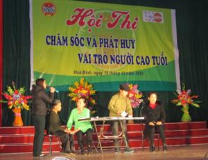 """Phần thi ấn tượng thuộc về tiểu phẩm """"Nỗi đau lòng mẹ"""" của đội thị trấn Lương Sơn."""