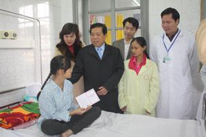 Đồng chí Nguyễn Trung Dũng, Giám đốc Sở LĐ-TB&XH trao sổ tiết kiệm trị giá 20 triệu đồng cho bệnh nhi Lý Quỳnh Trang.