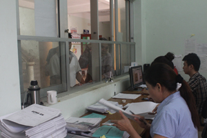 Người dân đến làm thủ tục khám - chữa bệnh bằng BHYT tại Bệnh viên Đa khoa huyện Kỳ Sơn.