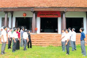 Ban Văn hóa - xã hội và Dân tộc (HĐND tỉnh) khảo sát công tác quản lý di tích tại chùa Quèn Ang (Cao Phong).