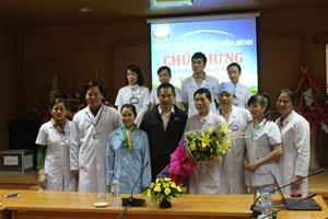 Bệnh nhân Hằng gặp gỡ cảm ơn các bác sĩ trước khi xuất viện.