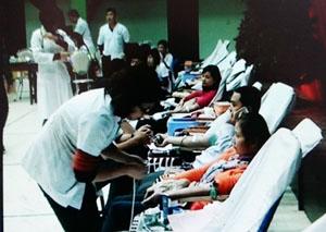 Người dân tham gia hiến máu tình nguyện.