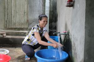 Từ nguồn vốn vay chương trình NS&VSMT, gia đình chị Đinh Thị Chiên, thôn Đồng Bến, xã Dân Hạ (Kỳ Sơn) đầu tư xây dựng bể nước và công trình vệ sinh góp phần nâng cao chất lượng cuộc sống.