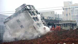 Lực lượng cứu hộ đang tìm những người sống sót trong tòa nhà bị sập. (Ảnh: AP).