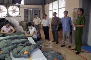 Đoàn kiểm tra liên ngành kiểm tra ATVSLĐ  tại Công ty CP May XNK SMA ViNa Việt  - Hàn (TP Hòa Bình).