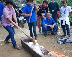 Thanh niên Hang Kia thể hiện sức khỏe, dẻo dai trong giã bánh.