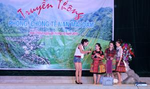 T.Ư Hội LHPN, Hội LHPN tỉnh và huyện Mai Châu phối hợp tổ chức truyền thông phòng - chống TNXH thu hút đông đảo hội viên phụ nữ và người dân tham gia.