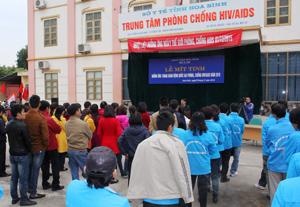 Ngành Y tế tổ chức nhiều hoạt động hưởng ứng  ngày thế giới phòng - chống HIV/AIDS (1/12). Ảnh: Lễ mít tinh phòng, chống HIV/AIDS năm 2015.