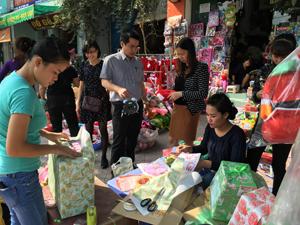 Hàng hóa, dịch vụ gói, chuyển quà mùa noel vào thời điểm hút khách nhất.