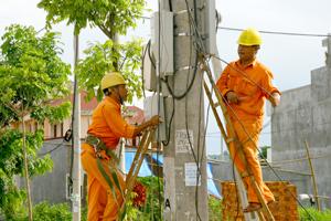 Công nhân Điện lực thành phố Hòa Bình kiểm tra, lắp đặt công tơ điện phục vụ khách hàng.