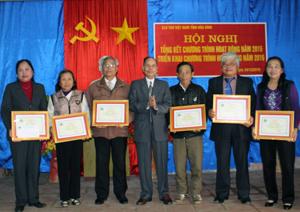 Chủ nhiệm CLB thơ Việt Nam tỉnh trao giấy khen cho các tập thể có thành tích xuất sắc toàn diện năm 2015.