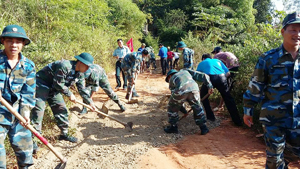 ĐV-TN huyện Kỳ Sơn tham gia làm đường tại xóm Dối, xã Dân Hạ  thiết thực hưởng ứng chương trình tình nguyện mùa đông.