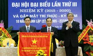 Giáo sư, Viện sĩ , Đặng Vũ Minh, Chủ tịch Liên hiệp các Hội KH&KT Việt Nam trao tặng bức trướng của Đoàn chủ tịch Liên hiệp các Hội KH&KT Việt Nam cho Liên hiệp các Hội KHKT tỉnh.