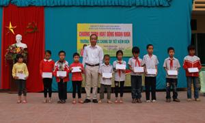 Lãnh đạo Điện lực thành phố trao 10 suất quà cho các em học sinh có hoàn cảnh khó khăn vươn lên trong học tập.