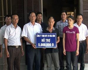 Công đoàn cơ sở  Công ty TNHH MTV  2/9 trao tiền hỗ trợ làm nhà cho gia đình anh Ngô Văn Hữu và chị Đoàn Thị Quỳnh, công nhân đội sản xuất của Công ty.