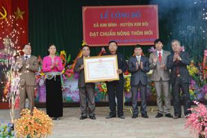 Đồng chí Trần Văn Tiệp, TUV, Giám đốc Sở NN&PTNT, Phó TT BCĐ 800 tỉnh  trao Bằng công nhận xã đạt chuẩn NTM cho xã Kim Bình.