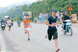 Các VĐV tranh tài tại giải việt dã huyện Kỳ Sơn năm 2015.