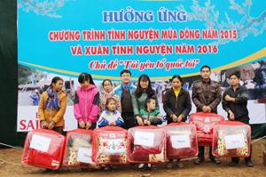 Đại diện lãnh đạo Tỉnh đoàn trao chăn ấm cho trẻ em có hoàn cảnh khó khăn trên địa bàn.
