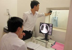 Thanh tra sở Khoa học & Công nghệ kiểm tra an toàn bức xạ tại Ban bảo vệ sức khỏe cán bộ.
