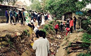 ĐV-TN tham gia thu gom rác thải tại chợ Thầy, xã Hợp Thịnh (Kỳ Sơn).
