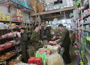 Đoàn liên ngành BCĐ 389/ĐP huyện Lương Sơn kiểm tra hộ kinh doanh hàng hóa tại xã Cư Yên.
