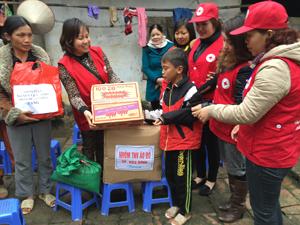 Nhóm tình nguyện viên Áo Đỏ Thành Phố Hòa Bình đến thăm, tặng quà Nguyễn Văn Quyền, tổ 15 phường Tân Hòa, TP Hòa Bình.