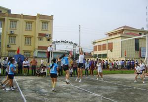 Giải bóng chuyền vô địch thành phố Hòa Bình năm 2015 thu hút đông đảo VĐV đến từ các xã, phường tham gia.