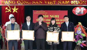 Được sự ủy quyền của Bộ trưởng Bộ KH&CN, đồng chí Nguyễn Văn Dũng, Phó Chủ tịch UBND tỉnh trao tặng bằng khen của Bộ cho 4 cá nhân thuộc Sở KH&CN.