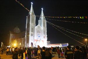 Nhà thờ giáo xứ Hòa Bình được trang hoàng rực rỡ trong đêm Giáng sinh.