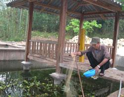 Anh Bỉnh thư giãn với việc chăm sóc ao cá