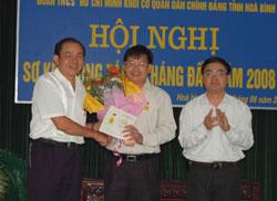 Trao kỷ niệm chương cho cán bộ có đóng góp cho công tác đoàn