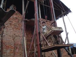Công nhân cơ sở sản xuất gạch của anh Diến đang chuyển gạch lên lò bằng thang máy.