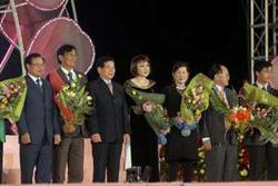 Chủ tịch nước Nguyễn Minh Triết và các đại biểu dự lễ hội.
