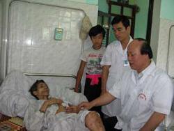 PGS, TS Nghiêm Hữu Thành, Giám đốc BV Châm cứu T.Ư hướng dẫn cho cán bộ y tế BV Y học cổ truyền Ðiện Biên.