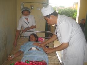 Bác sĩ Bùi Văn Nới vẫn ngày ngày chăm sóc sức khoẻ nhân dân