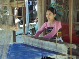 Người dân bản Văn tích cực phát huy nghề dệt thổ cẩm truyền thống.
