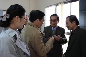 BS Phan Ngọc Minh đang giới thiệu sản phẩm sản xuất bằng công nghệ Y - Sinh.