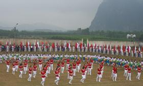 Các em học sinh thị trấn Chi Nê(Lạc Thuỷ) đồng diễn thể dục chào mừng Đại hội TDTT huyện Lạc Thủy lần thứ IV năm 2010.