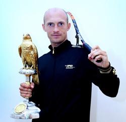Davydenko bảnh bao bên chiếc cúp vô địch Qatar Open 2010.